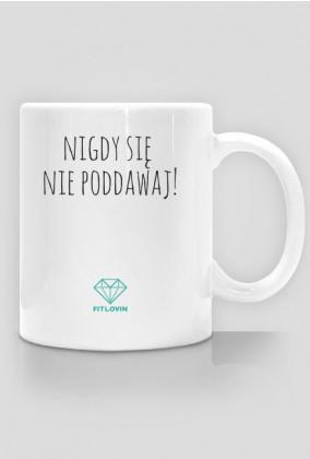 """Kubek motywacyjny """"Nigdy się nie poddawaj"""" i logo FITlovin"""