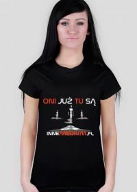"""Koszulka """"Oni tu są"""" dla kobiet"""