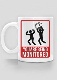 Śmieszny kubek, tani pomysł na prezent dla chłopaka programisty, informatyka - You are being monitored, Jesteś monitorowany