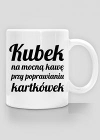 Kubek na mocną kawę przy poprawianiu kartkówek