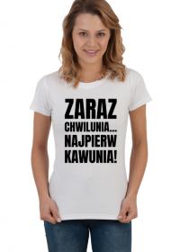 Koszulka damska jasna z napisem -Zaraz Chwilunia Najpierw Kawunia!